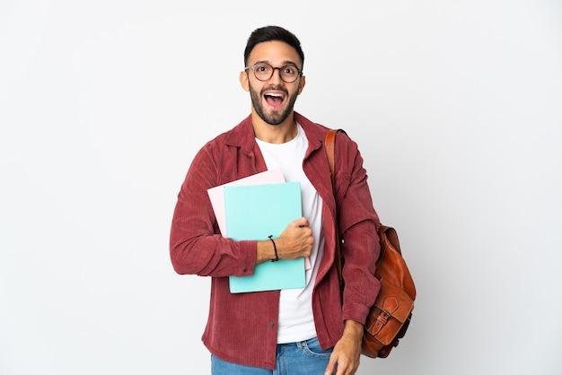 驚きの表情で白い背景に分離された若い学生男