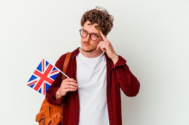 젊은 학생 남자 손가락으로 사원을 가리키는 흰색 배경에 고립 된 영어 학습 생각, 작업에 초점을 맞춘.