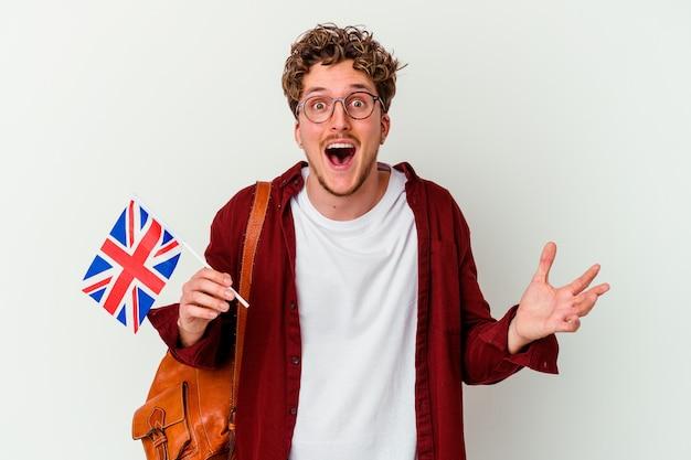 즐거운 놀라움을 받고, 흥분하고 손을 올리는 흰색 배경에 고립 된 영어 학습 젊은 학생 남자.