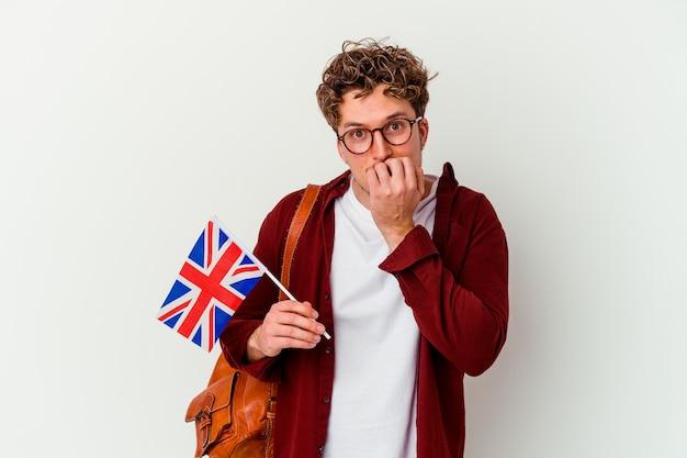英語を学ぶ若い学生男性は、白い噛む指の爪に孤立し、神経質で非常に心配しています。