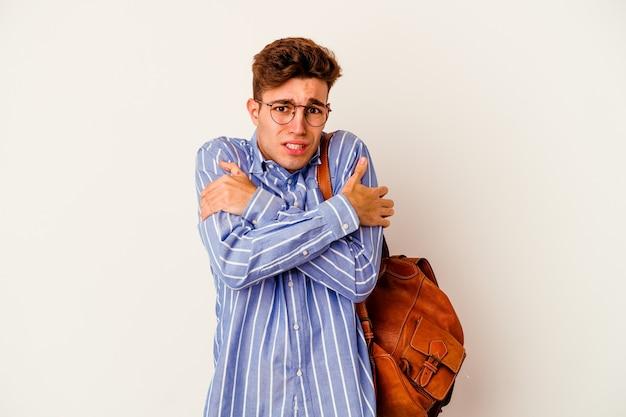 低温や病気のために寒くなる白の若い学生の男。