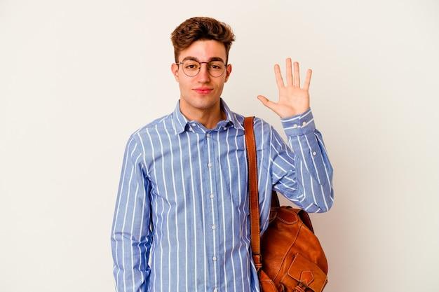 Молодой студент человек на белом улыбающемся веселом показе номер пять с пальцами.