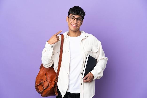 親指を立てるジェスチャーを与える紫色の若い学生男