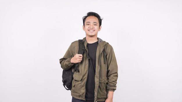 Молодой студент мужчина в сумке, изолированные на белом backgroud