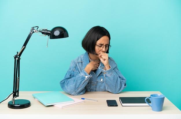 Молодой студент смешанной расы женщина учится на столе много кашляет