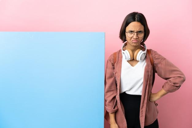 怒っている大きなバナー分離背景を持つ若い学生混血女性