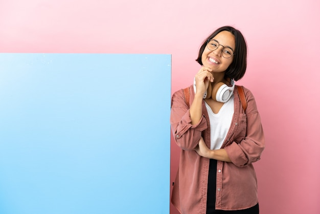 若い学生混血女性大きなバナー分離背景笑い