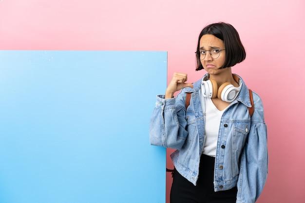 誇り高く自己満足の大きなバナー分離背景を持つ若い学生混血女性