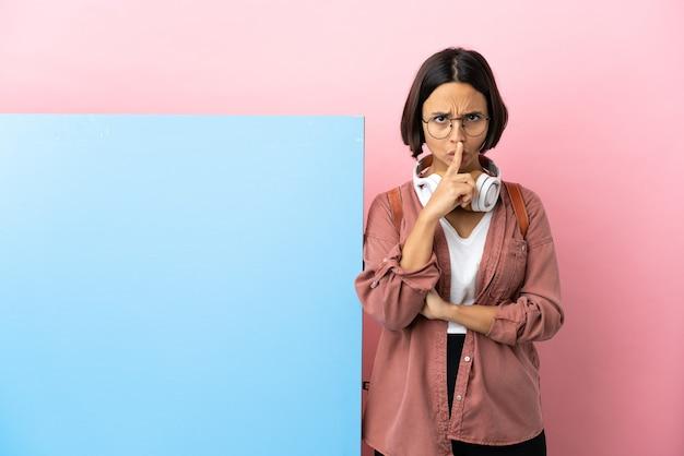 입에 손가락을 넣어 침묵 제스처의 기호를 보여주는 격리 된 배경 위에 큰 배너와 젊은 학생 혼혈 여자