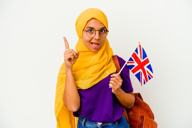 アイデア、インスピレーションの概念を持っている白い背景で隔離の若い学生のイスラム教徒の女性。