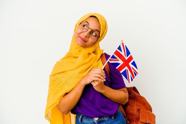 孤立した若い学生のイスラム教徒の女性
