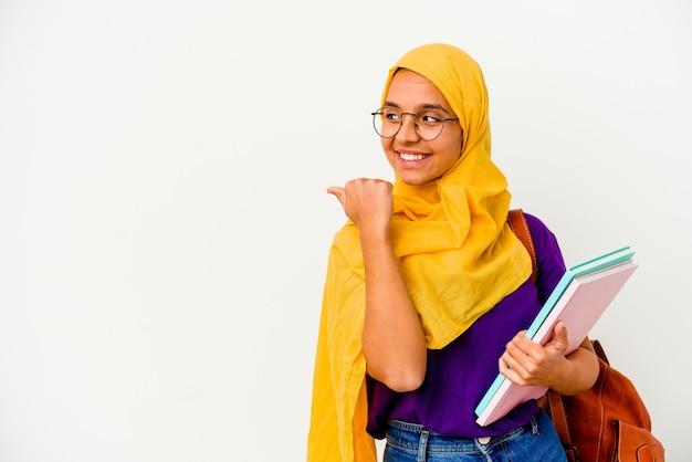 孤立したヒジャーブを身に着けている若い学生のイスラム教徒の女性