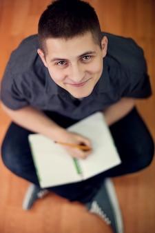 바닥에 앉아 젊은 학생