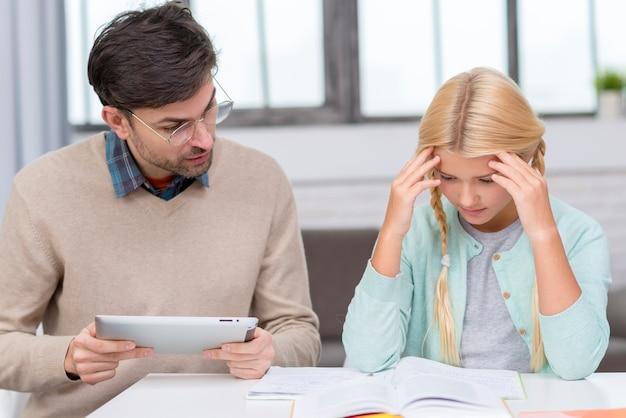 Молодой студент пытается выучить урок вид спереди