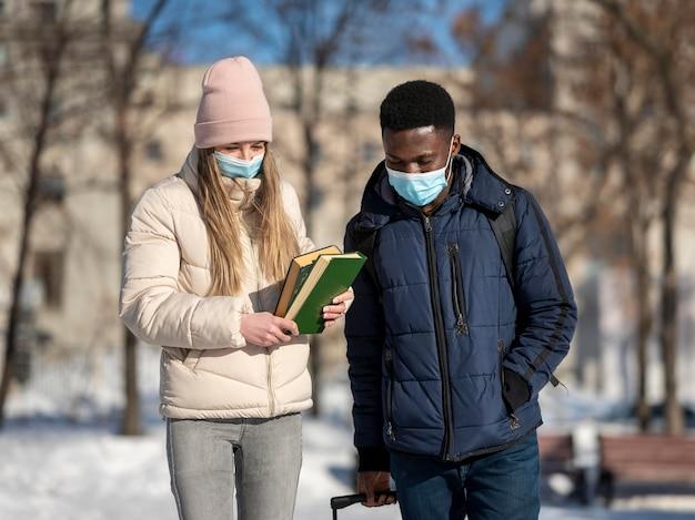 마스크를 착용하는 젊은 학생
