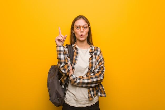 Молодая студентка женщина, имеющая отличную идею, концепцию творчества
