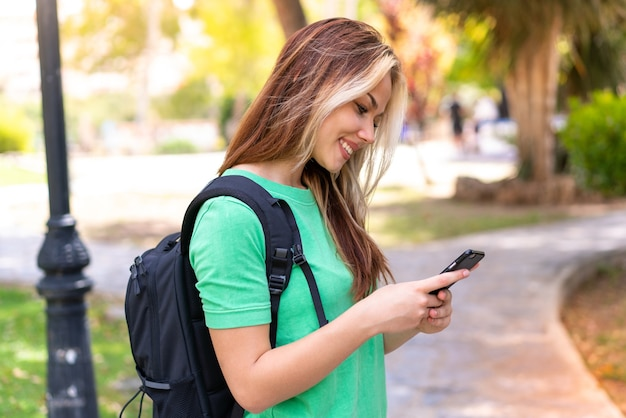 Молодая студентка в парке