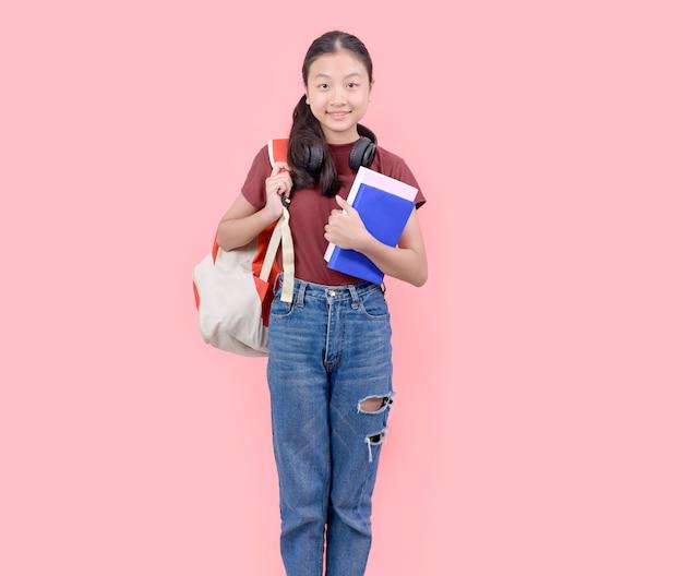 카메라 핑크 벽에 웃 고 고등학교에서 젊은 학생 여자