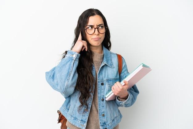 의심과 생각을 갖는 고립 된 젊은 학생 여자