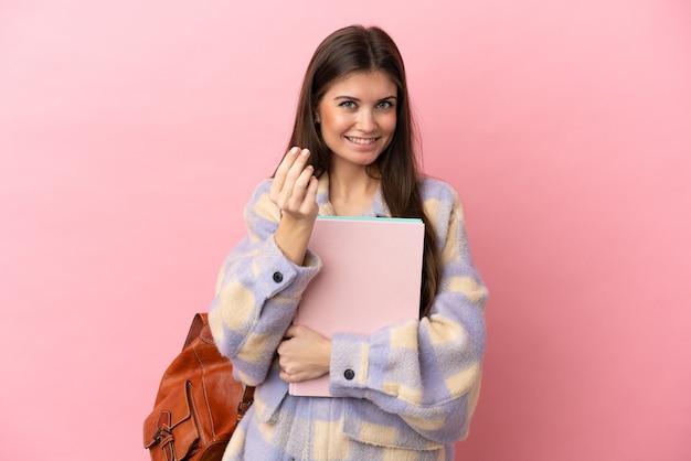 돈 제스처를 만드는 분홍색 배경에 고립 된 젊은 학생 여자