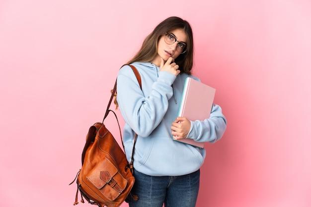 Молодая студентка женщина изолировала мышление