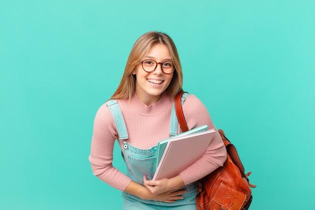 いくつかの陽気な冗談で大声で笑っている若い学生女性
