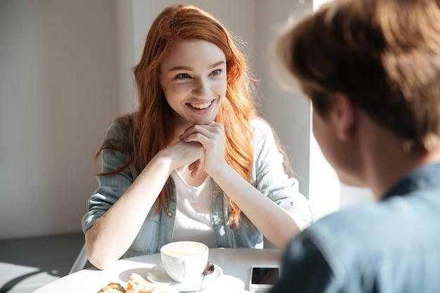 彼女の友人を聞いて若い学生女性