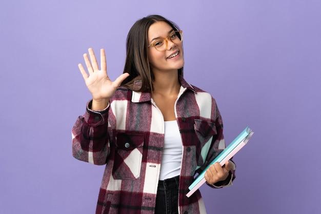 指で5を数える紫の若い学生女性