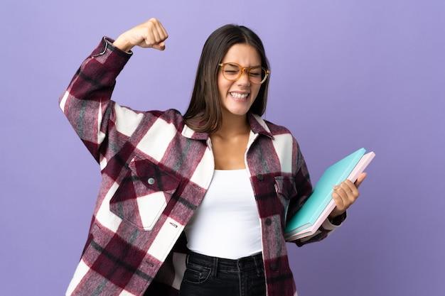 強いジェスチャーをしている紫色の若い学生女性