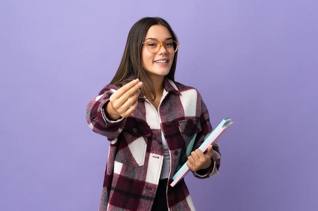 紫色のお金を稼ぐジェスチャーの若い学生女性