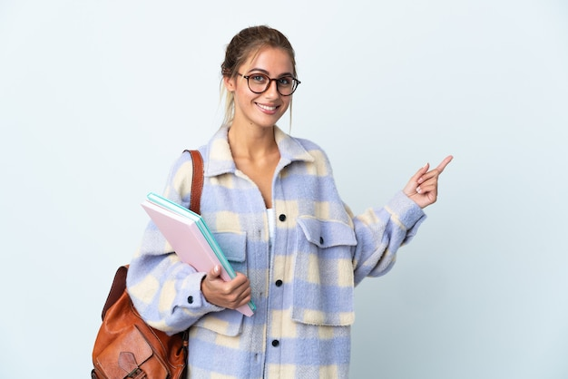 Молодая женщина студента на белом указывая назад