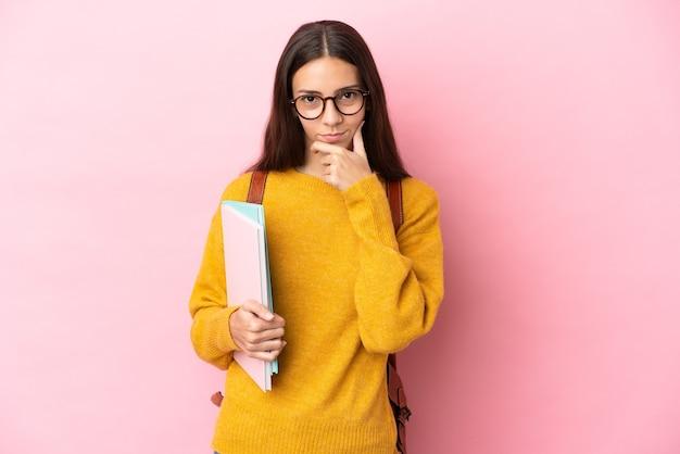 격리 된 배경 생각을 통해 젊은 학생 여자