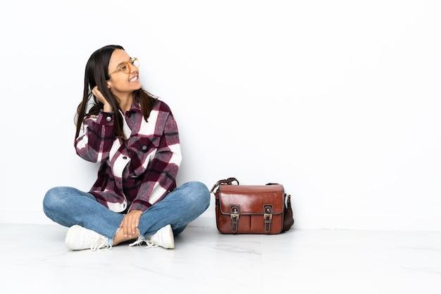 아이디어를 생각하는 바닥에 앉아 젊은 학생 여자
