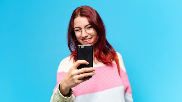 그녀의 전화를 사용 하여 젊은 학생 여자