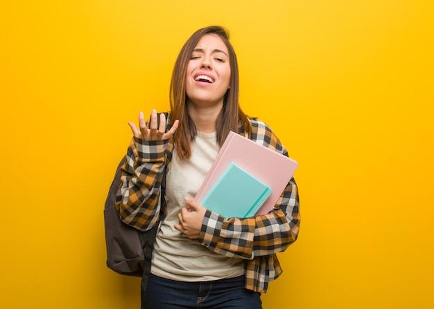 若い学生女性は非常に怖がって恐れています