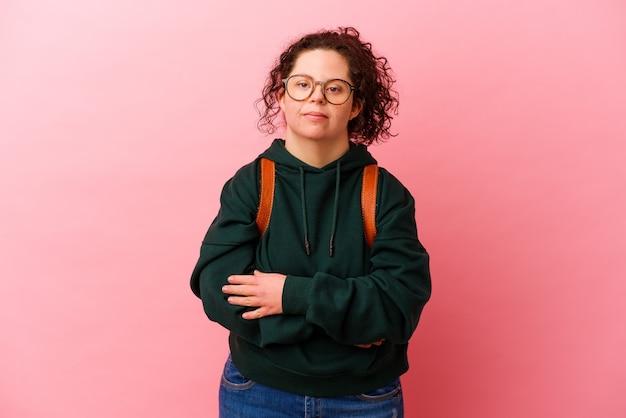 다운 증후군을 가진 젊은 학생 여자는 분홍색 벽 웃음과 재미에 고립.