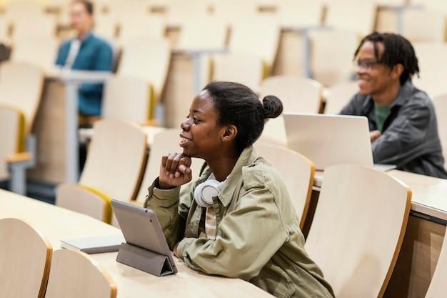 大学の授業に通う若い学生