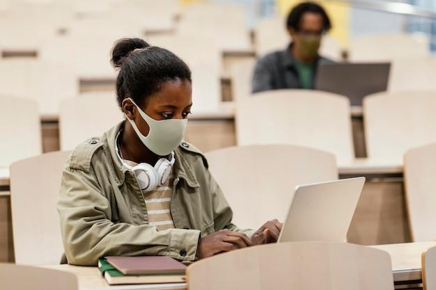 Giovani studenti che frequentano una classe