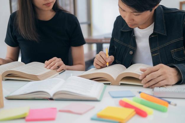 Молодые студенты кампуса помогают друзьям догнать и научиться.