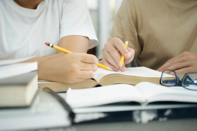 젊은 학생 캠퍼스는 친구가 따라잡고 학습하는 데 도움이 됩니다.