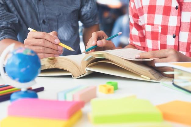 I campus giovani studenti aiutano l'amico a ritrovarsi e apprendere.