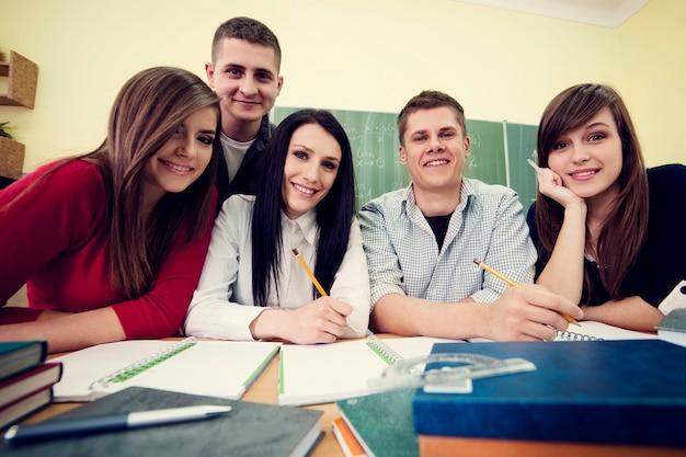 Молодые студенты в классе