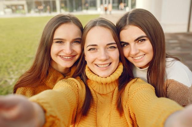 Молодые студенты в студенческом городке