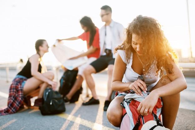 Молодые студенты в туристическом туре по городу отдыхают, ищут маршруты и перепаковывают