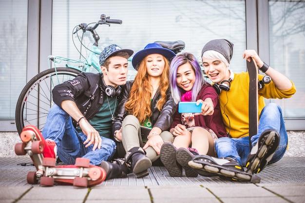 屋外の若い学生