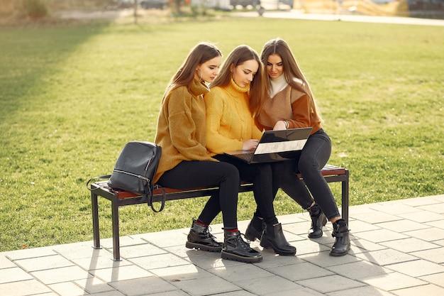 学生のキャンパスに座っている若い学生