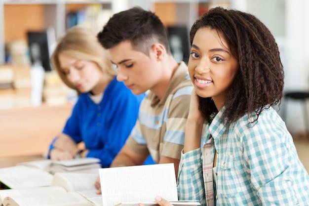 Молодые студенты учатся на фоне