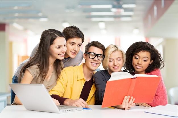 Молодые студенты, обучающиеся в библиотеке