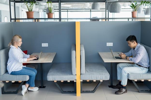 カフェでワイヤレス技術を使用して若い学生