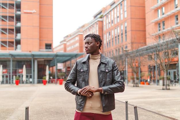 フランスのリヨンの街で若いスタイリッシュなアフリカ系アメリカ人の男